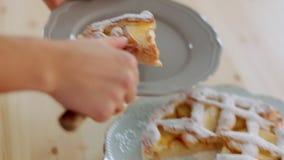 meisje die vers gebakken appeltaart met scherp keukenmes snijden stock footage