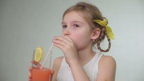 Meisje die vers sap drinken stock videobeelden