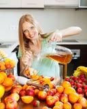 Meisje die verse dranken met vruchten thuis keuken maken stock fotografie