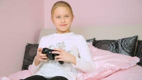 Meisje die videoconsolespel en winst spelen stock footage