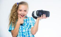 Meisje die virtuele werkelijkheidsbeschermende brillen dragen Weinig kind in VR-hoofdtelefoon Digitale toekomst en innovatie Klei royalty-vrije stock afbeeldingen