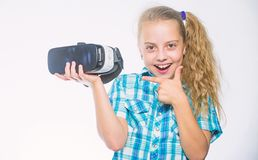 Meisje die virtuele werkelijkheidsbeschermende brillen dragen Weinig kind in VR-hoofdtelefoon Digitale toekomst en innovatie Klei royalty-vrije stock foto's