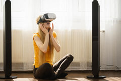 Meisje die virtuele werkelijkheidsbeschermende brillen thuis dragen Royalty-vrije Stock Fotografie