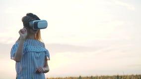 Meisje die in Virtuele Werkelijkheidsglazen in openlucht toejuichen stock footage