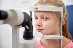 Meisje die visie met tonometer controleren bij oogkliniek royalty-vrije stock foto's