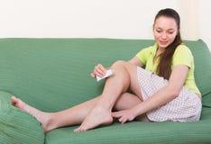 Meisje die voeten behandelen met zalf royalty-vrije stock fotografie