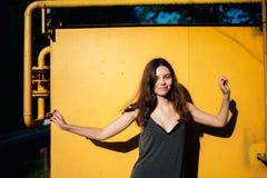 Meisje die voor een gele muur dansen stock foto's