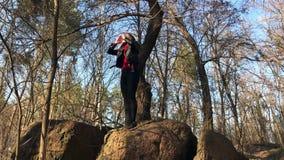 Meisje die voor hulp gillen terwijl trekking, die in hout, solo kampeerauto, het orienteering wordt verloren stock video