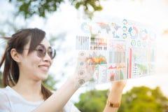 Meisje die vooruitgangstechnologie van de vertoning van het de luchtscherm van het computerhologram gebruiken royalty-vrije stock afbeeldingen