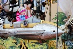 Meisje die vrolijk-gaan-rond van tijdens funfair genieten royalty-vrije stock foto's