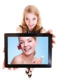 Meisje die vrouw met room op tablet tonen. Huidzorg royalty-vrije stock foto's