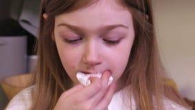Meisje die vuil gezicht met de lengtevideo van de servetvoorraad schoonmaken stock videobeelden