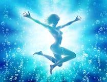 Meisje die in water met omhoog handen duiken Stock Foto's