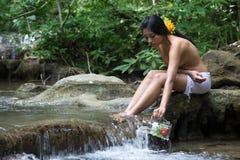 Meisje die water overnemen stock afbeelding
