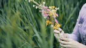 Meisje die wildflowers sorteren Vrouw die een boeket maken heidendom stock footage