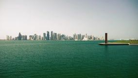 Meisje die wolkenkrabbers in doha Qatar bekijken stock video