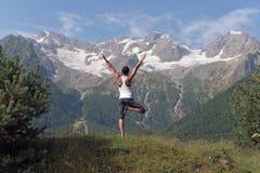 Meisje die yoga in de bergen doen royalty-vrije stock foto's