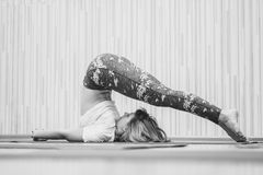 Meisje die yoga in de zaal doen Royalty-vrije Stock Fotografie