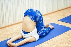 Meisje die yoga in de zaal doen Royalty-vrije Stock Foto's
