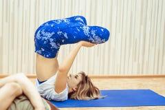 Meisje die yoga in de zaal doen Royalty-vrije Stock Foto