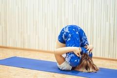 Meisje die yoga in de zaal doen Stock Foto