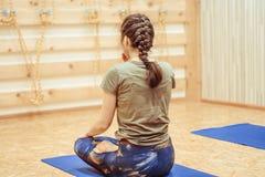 Meisje die yoga in de zaal doen Stock Foto's