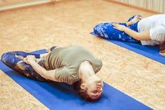 Meisje die yoga in de zaal doen Royalty-vrije Stock Afbeelding