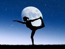 Meisje die yoga in het maanlicht doen vector illustratie