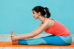 Meisje die yoga op deken doen royalty-vrije stock foto's