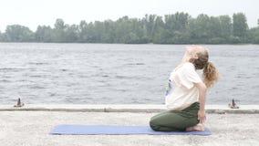 Meisje die yoga in park op de zomerdag doen stock video