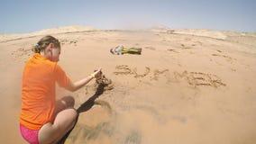 Meisje die zandkasteel creëren stock video
