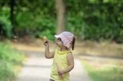 Meisje die zeepbels opblazen Stock Foto's