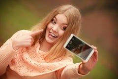 Meisje die zelfbeeld met smartphonecamera in openlucht nemen Stock Foto