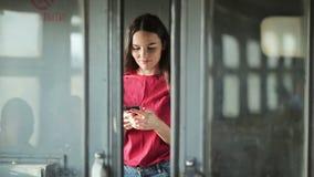 Meisje die zich aan de gang en smartphone bevinden gebruiken stock videobeelden