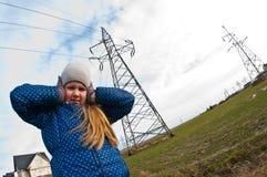 Meisje die zich dichtbij een pylon, slechte invloed op mensenconcept bevinden royalty-vrije stock afbeelding