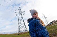Meisje die zich dichtbij een pylon, slechte invloed op mensenconcept bevinden stock afbeelding