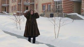 Meisje die zich door de Winterdorp bewegen in Bontjas stock videobeelden