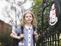 Meisje die zich door Schoolpoort bevinden Royalty-vrije Stock Afbeelding