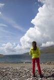 Meisje die zich door Schotse loch bevinden Stock Foto's