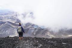 Meisje die zich op de bergtop bevinden en van adembenemende vulkanische landschapsmening vanaf de bovenkant van onderstel Ngauruh Royalty-vrije Stock Foto
