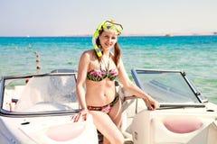 Meisje die zich op een boot in het masker en het zwempak bevinden Royalty-vrije Stock Foto