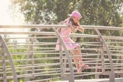 Meisje die zich op een metaalbrug bevinden Stock Foto
