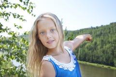 Meisje die zich op een rots bevinden en rivier van mening genieten Stock Foto's