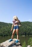 Meisje die zich op een rots bevinden en rivier van mening genieten Royalty-vrije Stock Afbeelding