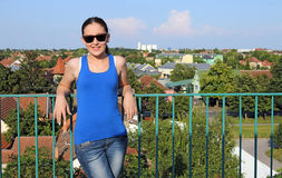 Meisje die zich op het dak van het gebouw bevinden Royalty-vrije Stock Foto's
