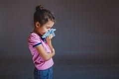 Meisje die zijn neus blazen in een zakdoek royalty-vrije stock fotografie