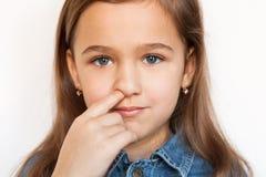 Meisje die zijn neus plukken Stock Afbeeldingen