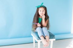 Meisje die zijn tanden met een tand van de tandenborsteltandheelkunde borstelen royalty-vrije stock fotografie