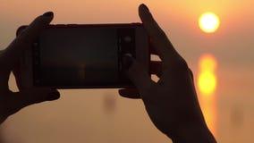 Meisje die Zonsondergang schieten stock footage
