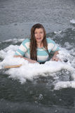 Meisje in doen schrikken ijsgat Stock Foto